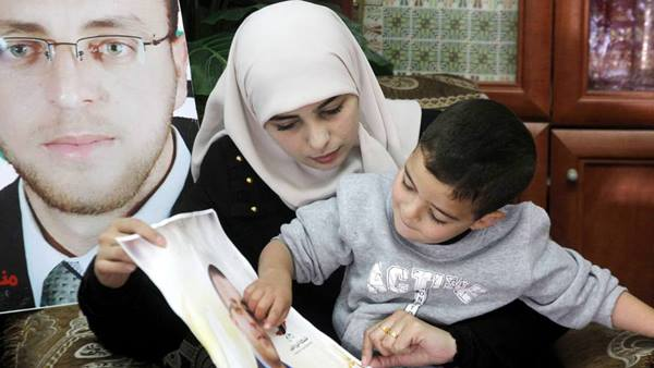 زوجة القيق: بقرار ابعاد محمد bntpal.com_145625955