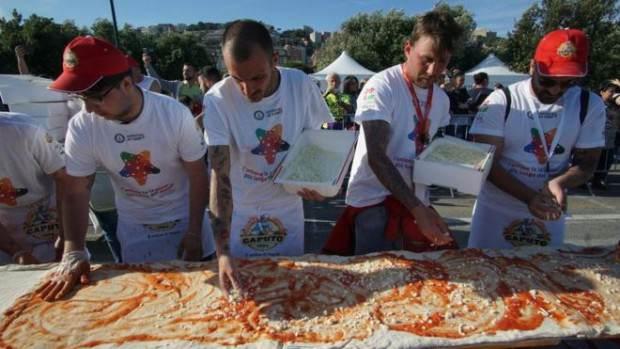 بيتزا بطول نابولي تدخل موسوعة bntpal.com_148183242