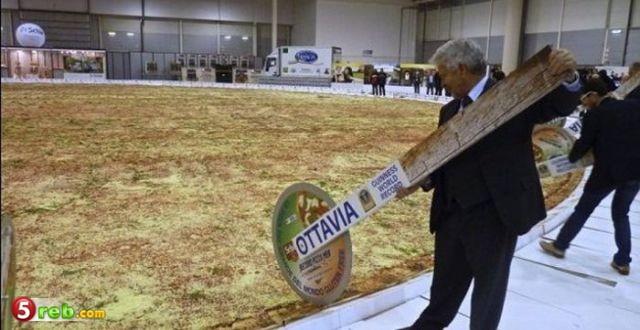 اكبر بيتزا العالم تدخل موسوعة bntpal.com_149030724