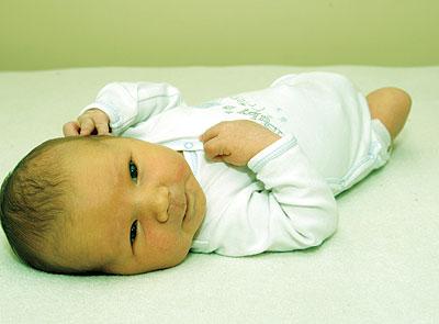 إصفرار الطفل الولادة معالجته ..؟؟ bntpal_1425490930_82