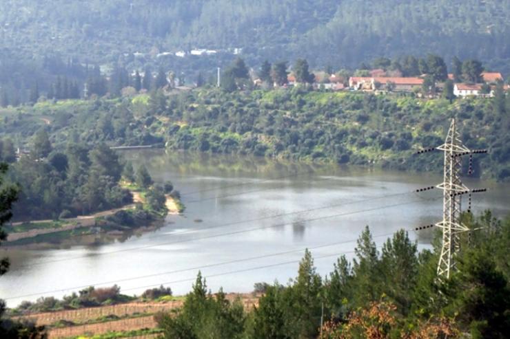 بركة مياه تتلون جبال القدس bntpal_1426791304_36