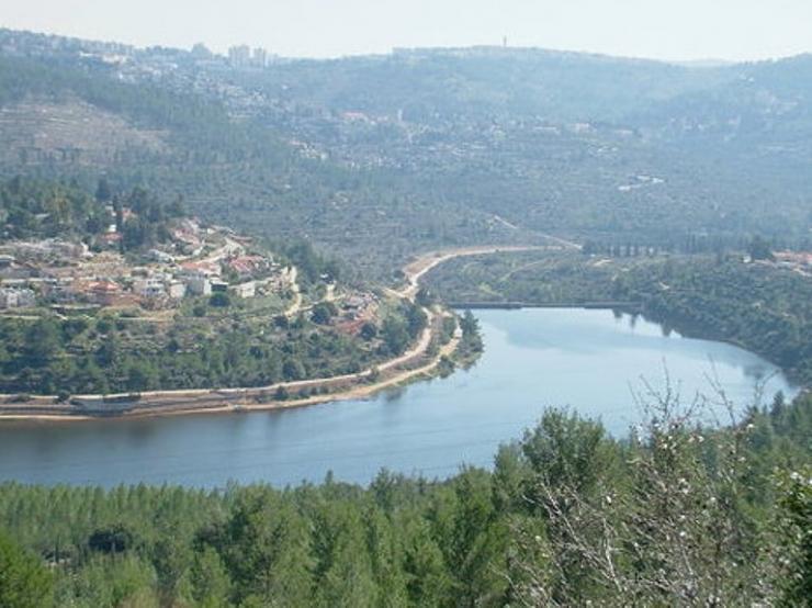 بركة مياه تتلون جبال القدس bntpal_1426791305_83