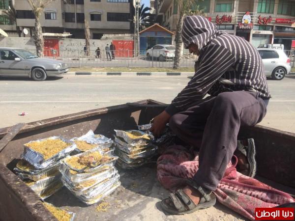 غزة-طعام بيوت العزاء يبقيهم الحياة bntpal_1427660833_50
