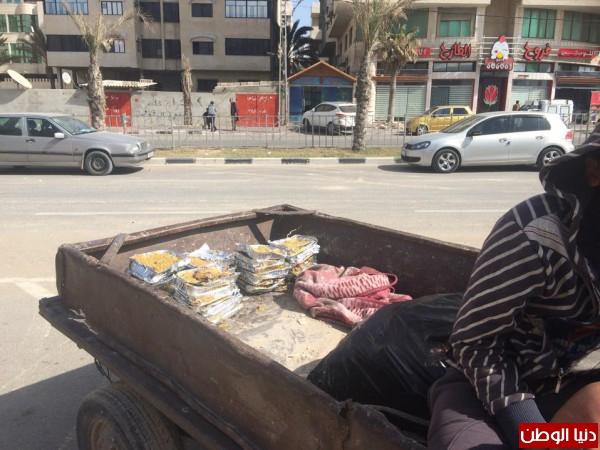 غزة-طعام بيوت العزاء يبقيهم الحياة bntpal_1427660833_77