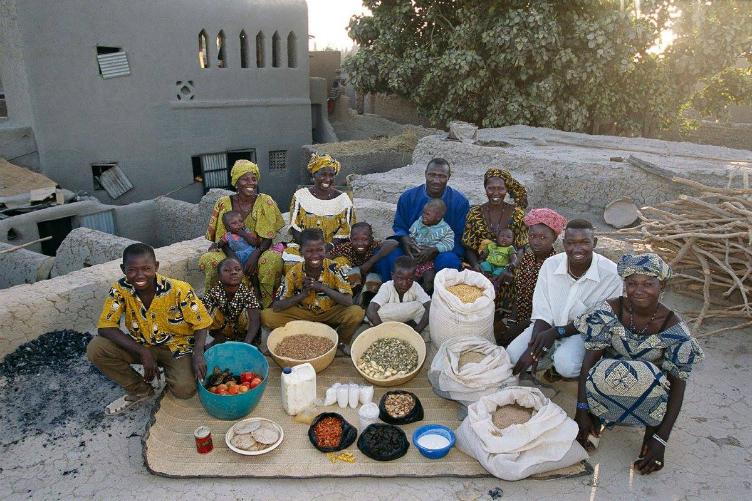 لعائلات العالم وماذا يأكلون bntpal_1440938113_45