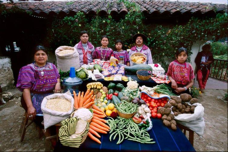 لعائلات العالم وماذا يأكلون bntpal_1440938115_67