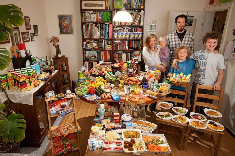 لعائلات العالم وماذا يأكلون bntpal_1440938118_78