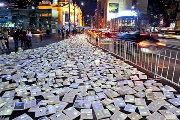 شوارع استراليا مغطاه بالكتب المواطنين bntpal_1445671139_28