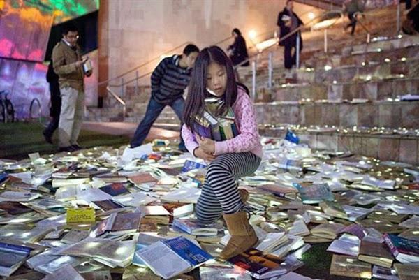 شوارع استراليا مغطاه بالكتب المواطنين bntpal_1445671140_61