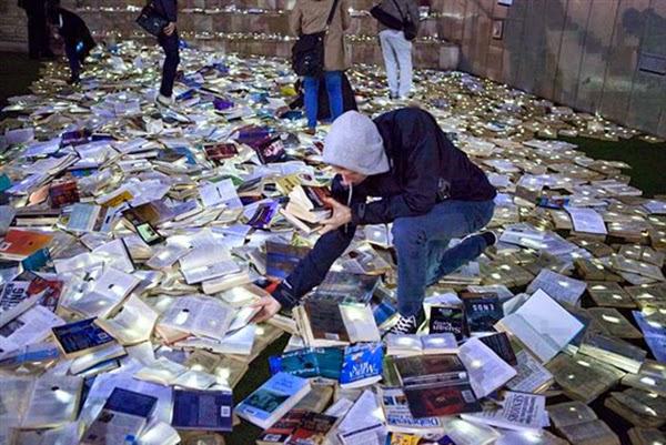 شوارع استراليا مغطاه بالكتب المواطنين bntpal_1445671140_96