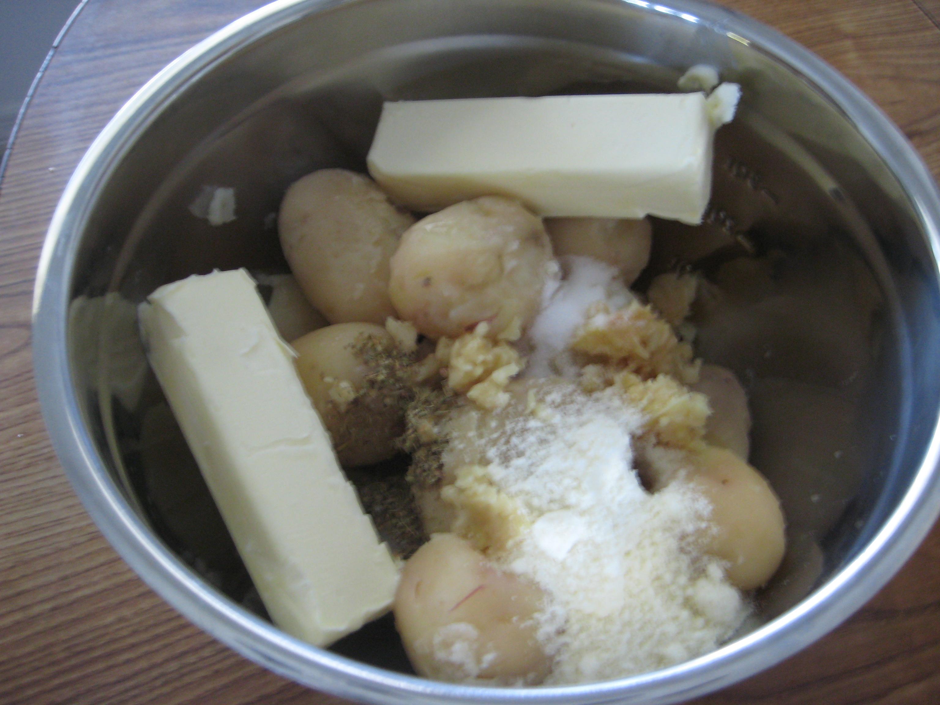 طريقة تجهيز البطاطس المهروسة بالثوم bntpal_1502518069_52